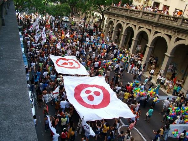 Caminata de apertura del Foro Social Mundial de Porto Alegre. Toda la banda pro bandera de la Paz, junta y en la vanguardia.
