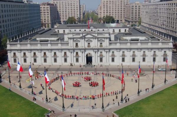 El año 2008 realizamos esta Obra de Arte. Una performance meditativa; un acto sicomágico de limpieza del espacio físico de La Moneda por su carga negativa con la historia de división que marca el 11 de Septiembre de 1973. Resignificamos el espacio como un lugar para el sueño de la Paz a escala global. Bajo el Gobierno de Michelle Bachelet.